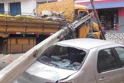 Caminhão atinge fios e derruba dois postes de energia em Brejões